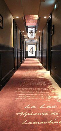 Réalisation de soubassements couloir hôtel