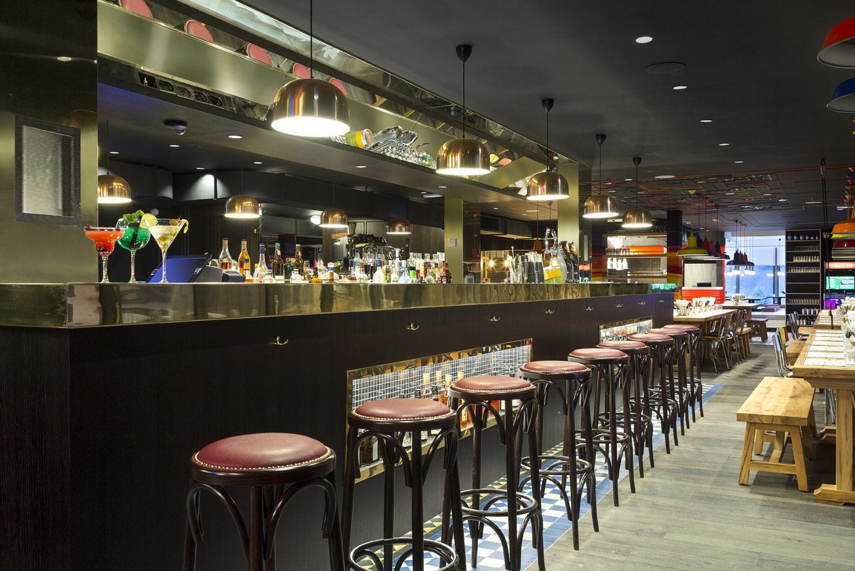 Agencement bar avec façade bois et piste en laiton
